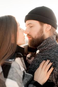 Couple, baisers, dans, les, neige