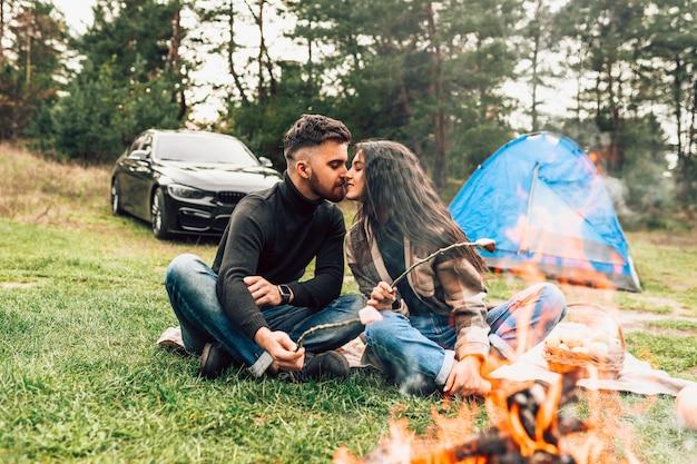 Couple, baisers, près, feu camp