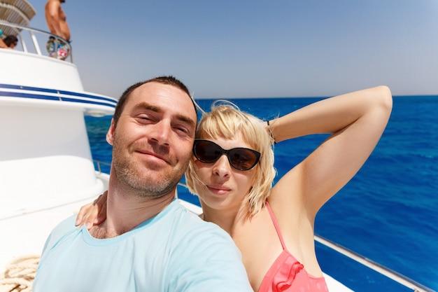 Couple, bateau croisière, prendre, selfie
