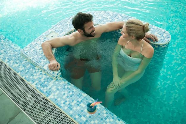Couple bénéficiant d'un bain moussant et d'hydrothérapie