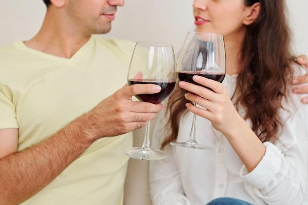 Couple bénéficiant d'un bon vin et parler