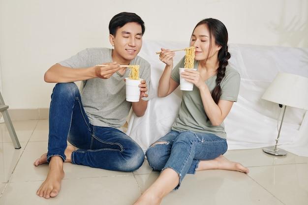 Couple bénéficiant de nouilles instantanées