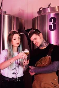 Couple avec bière artisanale
