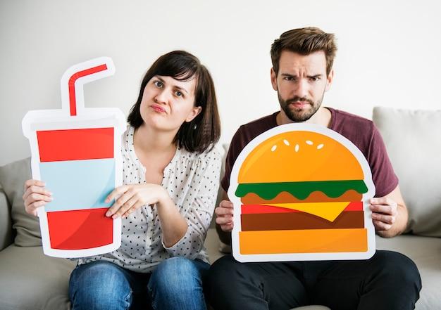 Couple blanc avec des icônes de la nourriture
