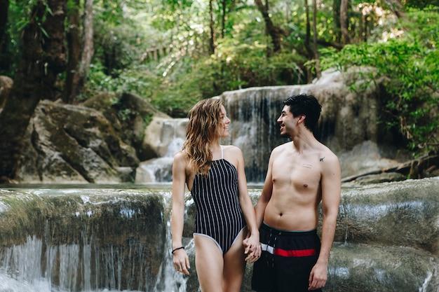 Couple blanc profitant de la cascade