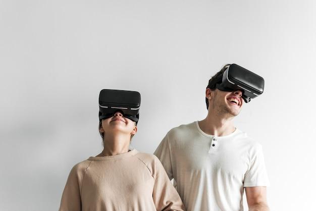 Couple blanc vivant la réalité virtuelle avec casque vr