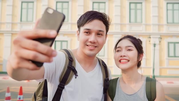 Un couple de blogueurs asiatiques voyage à bangkok, en thaïlande