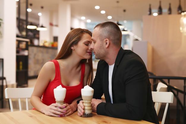 Couple de boire du café avec de la crème fouettée