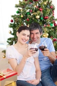 Couple, boire du vin à homa à noël