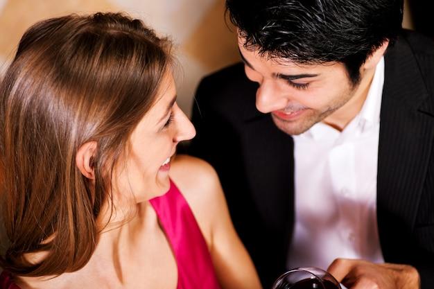 Couple boire du vin rouge