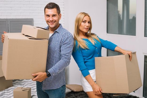 Couple avec des boîtes