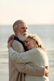 Couple, à, bord mer, étreindre