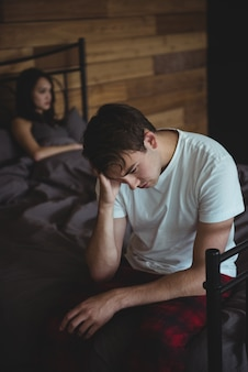 Couple bouleversé s'ignorant après une bagarre au lit