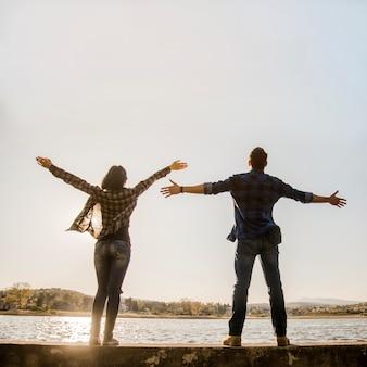 Couple à bras ouvert apprécier la nature