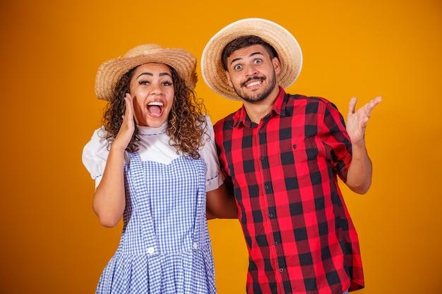 Couple brésilien portant des vêtements traditionnels pour festa junina