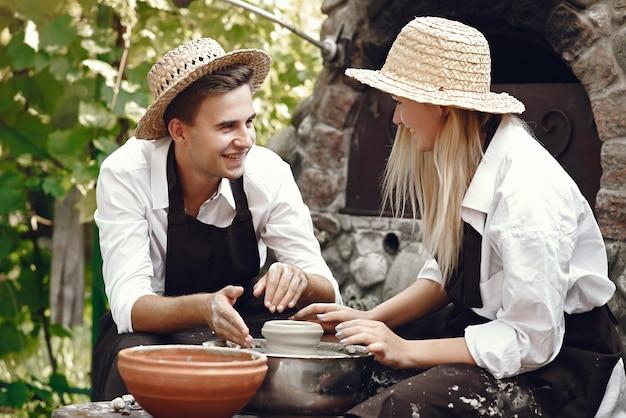 Couple, à, brun, tabliers, confection, vase