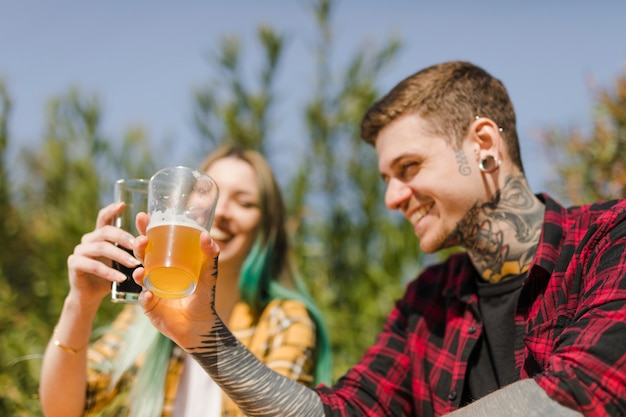 Couple buvant de la bière artisanale en plein air