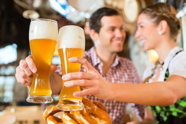 Couple buvant de la bière de blé dans un restaurant bavarois