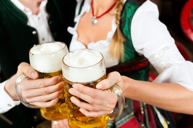 Couple buvant de la bière dans une brasserie
