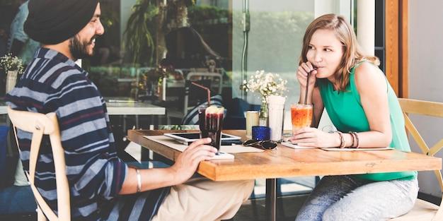 Couple buvant une boisson au café ensemble