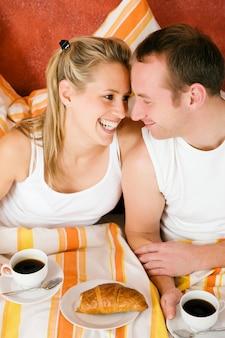 Couple buvant du café dans la perle le matin