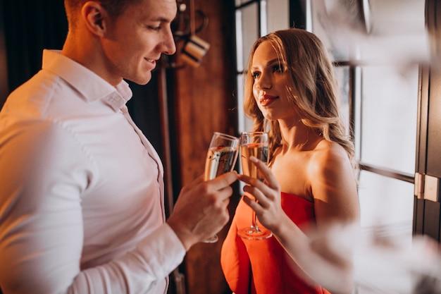 Couple buvant du champagne dans un restaurant le jour de la saint-valentin