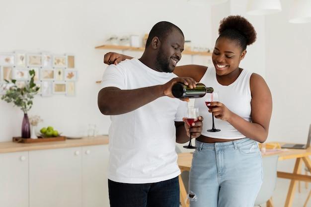 Couple buvant du vin ensemble