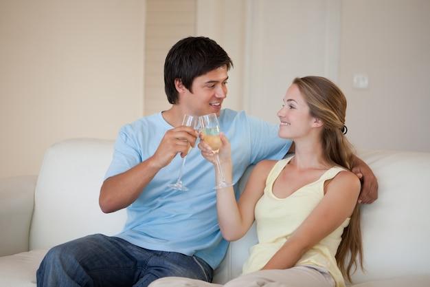 Couple buvant un verre de vin mousseux