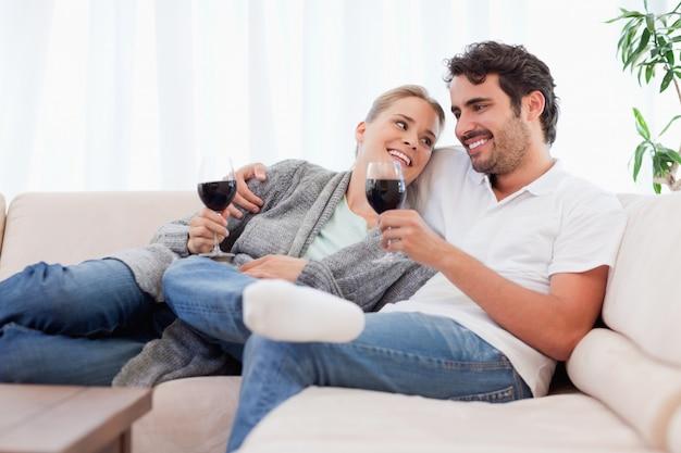 Couple buvant un verre de vin rouge