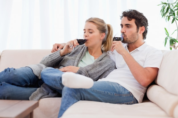 Couple buvant un verre de vin