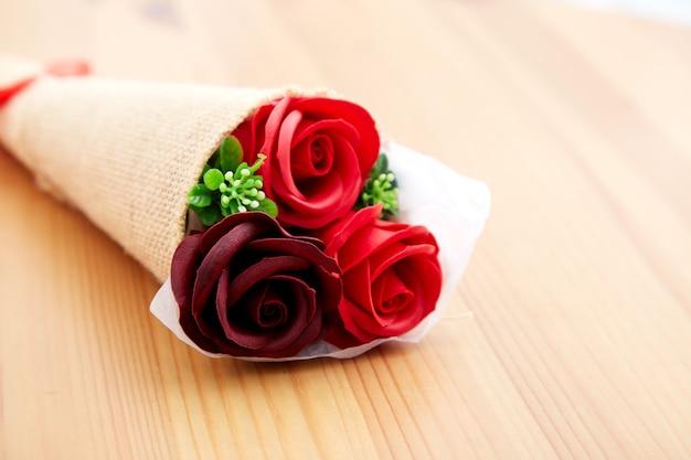 Un couple cadeau de roses le jour de la saint valentin
