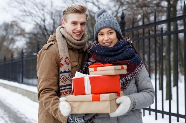 Couple avec des cadeaux