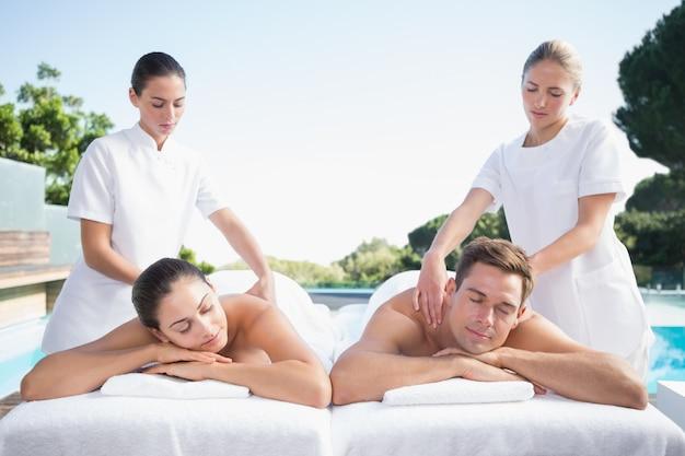 Couple calme profiter des couples de massage en bord de piscine