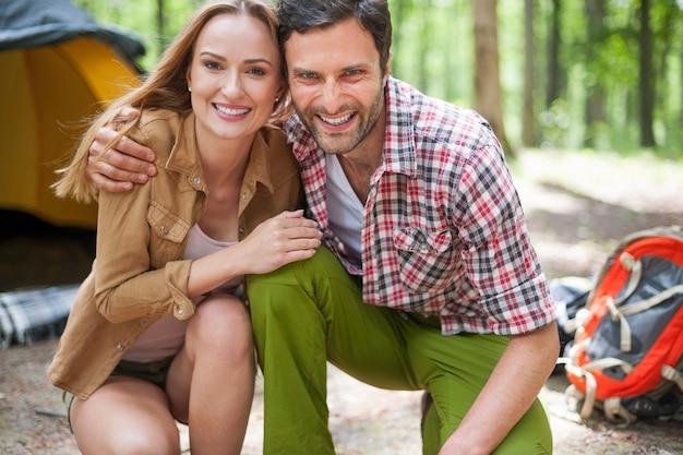 Couple camping dans la forêt