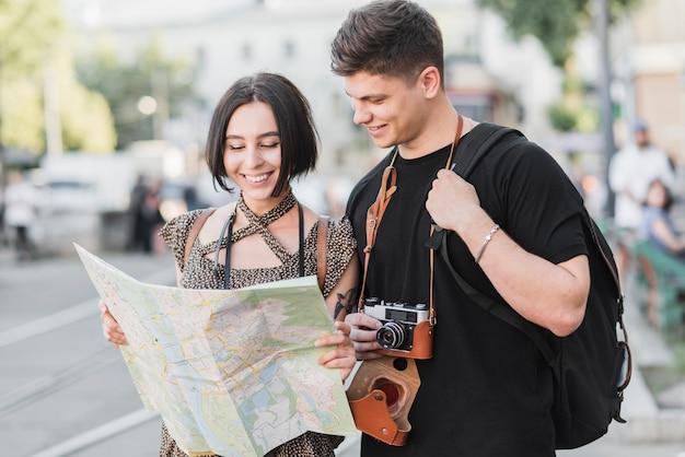 Couple avec carte et caméra