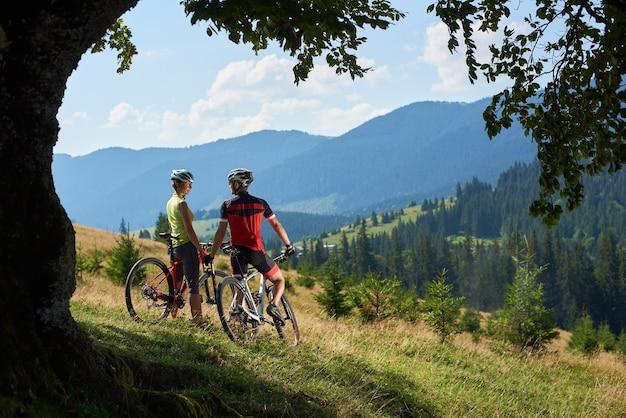 Couple avec des casques à bicyclette