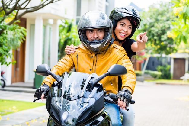 Couple avec casques moto