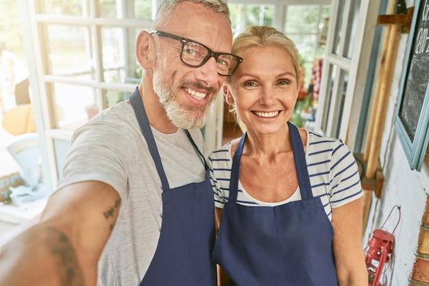 Couple caucasien d'âge moyen prenant en selfies garden house