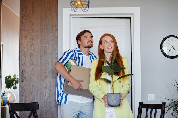 Couple caucasien déménage dans un nouvel appartement