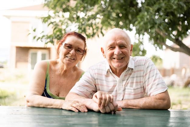Couple caucasien de génération silencieuse dans les années 80. heureuse femme et homme en bonne santé senior