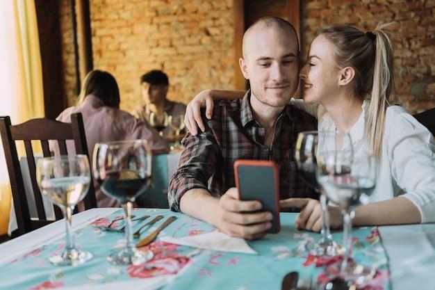 Couple caucasien profitant de leur date dans un restaurant