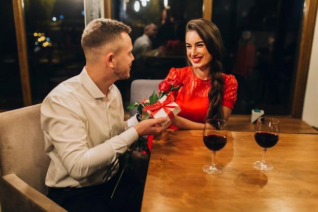 Couple célébrant l'anniversaire au café