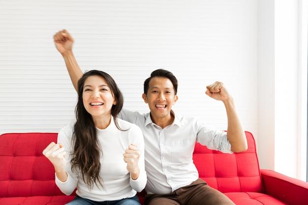 Couple célébrant sur le canapé