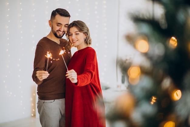 Couple célébrant noël ensemble à la maison