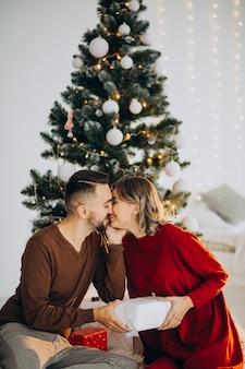 Couple célébrant noël ensemble