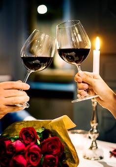 Un couple célèbre la saint-valentin ensemble