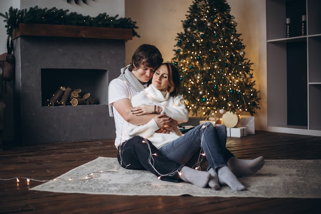 Couple, célébrer, noël, et, vacances, heureusement, près, magnifiquement décoré, arbre noël, noël, concept