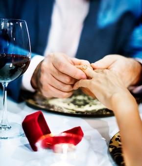 Couple célébrer la saint-valentin ensemble