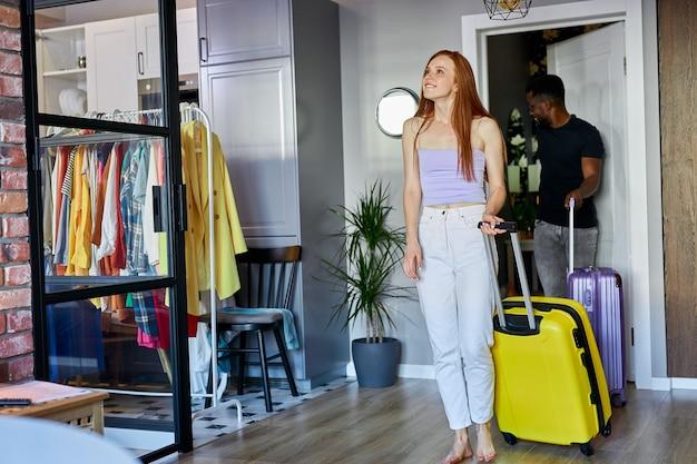 Un couple charmant a déménagé dans un nouvel appartement, portant des bagages