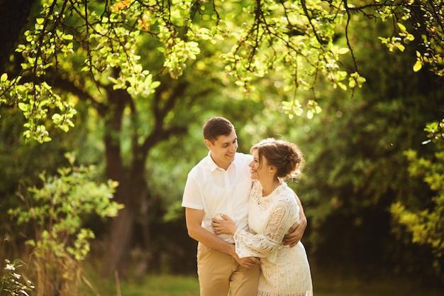 Couple charmant et à la mode amoureux dans le parc